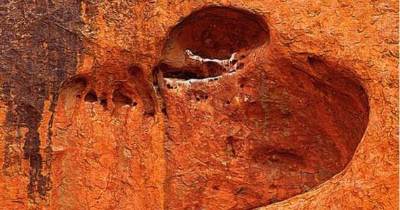 Az ausztráliai, Ayers nevű szikla önmagában is híres látványosság. Ez a szív alakú vájat csak hab a tortán.