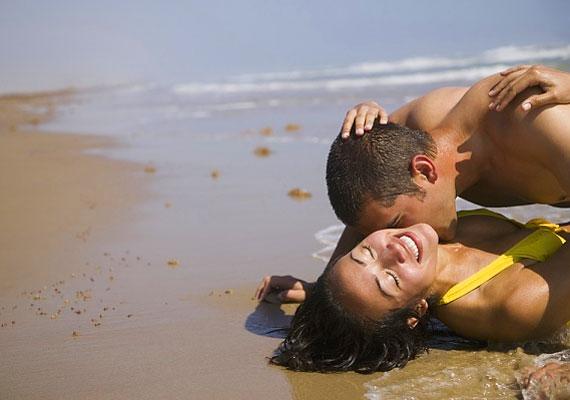 A tengerpart forró fövenye klasszikus favoritnak számít, de azért nem árt egy matrac is.