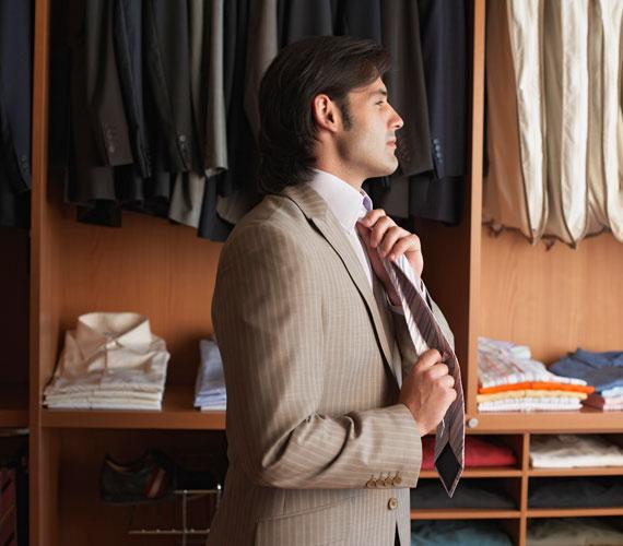 A férfi felújítja a ruhatárát, és több időt tölt készülődéssel, mint azt megszoktad.