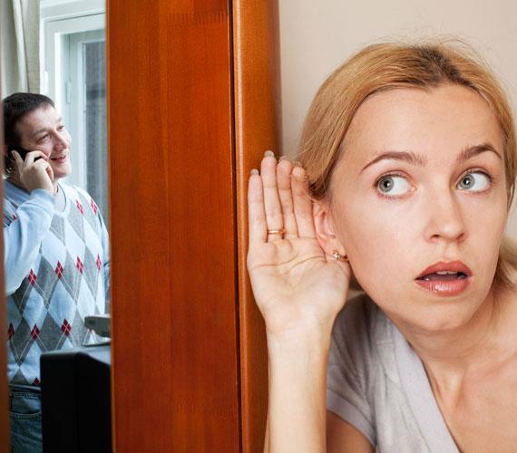 Általában másik helyiségbe vonul, vagy egyáltalán nem látod őt telefonálni, miközben előtte nem volt jellemző ez a titkolózás.