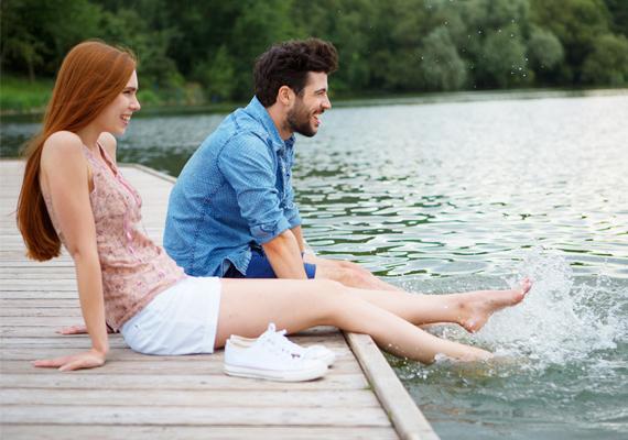 Nyaralás alattHa nyaralás közben ismerkedtetek meg, az utazás szeretete összeköthet titeket, ám visszatérve a hétköznapok nehézségeit is meg kell oldani. Figyeljetek arra, hogy az év szürkébb időszakaiban is legyen részetek pozitív élményekben.