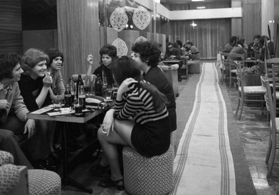 A '60-as, '70-es években országszerte, de Budapesten kiváltképp sok presszó nyitotta meg kapuit, melyek a fiatalok körében népszerűek voltak. A habos kávé és kóla mellett persze a baráti társaság és az ismerkedési lehetőség is oda vonzotta a őket.Beszélgető fiatalok, 1972