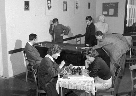 A Magyar Kommunista Ifjúsági Szövetség, a KISZ az MSZMP ifjúsági szervezete volt 1957 és 1989 között. Ennek kellett az ifjúsági szórakozásról is gondoskodnia: programokat szerveztek, létrehozták az Ifiparkot, illetve klubokat is. Mindez nemcsak igényes szórakozási lehetőséget biztosított a fiataloknak, de ismerkedési lehetőséget is.KISZ-es fiatalok, 1964