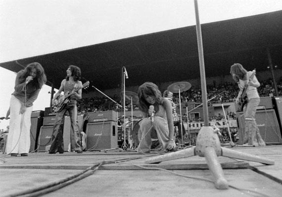 A '60-as, '70-es években Magyarországon is alakultak beatzenekarok nyugati mintára. A korszak kedvencei az Illés, a Metró és az Omega voltak. A képek a hetvenes években hódító Generál látható. A fiatalok számára koncerteket és fesztiválokat rendeztek, ami nemcsak a szórakozásnak, de az ismerkedésnek is teret adott.Koncert, 1973
