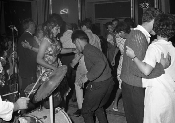 Bár a szexuális forradalom nagyban zajlott a nyugati országokban, Magyarországon ez csak a rendszerváltás után tudott kibontakozni igazán. Igaz, addig is érezhető volt, hogy a fiatalokban megmozdult valami, hiszen a zene és a divat által ide is begyűrűzött a külföldi minta. Ez a táncos szórakozóhelyeken különösen élesen megnyilvánult, amit a popsirázós tvisztőrület például jól tükröz.Szórakozó fiatalok, 1971
