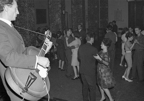 A zene és a tánc szorosan összefüggött a '60-as, '70-es években is az ismerkedési lehetőségekkel. Sokan találtak egymásra tánciskolákban, de a zenés-táncos szórakozóhelyeken is, amelyek száma ebben az időszakban megszaporodott.Szórakozó fiatalok, 1965