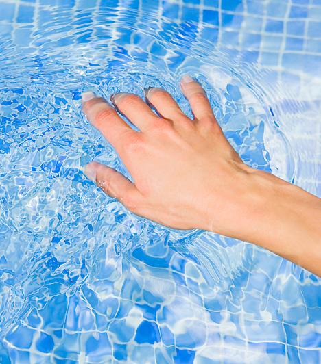 Használd a kezed!  Nem csak az orális szexet vetheted be ízelítőként, de a kezeddel is célba veheted a pasi legérzékenyebb testrészét. Ha csak izgatásnak szánod mindezt, akkor is gondolj a síkosítóra. Amikor pedig a vágya testet ölt az ujjaid játéka nyomán, az ő kezét is segítheted, hogy eltaláljon oda a testeden, ahová szeretnéd.