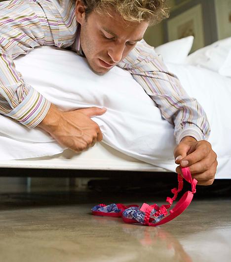 Huncut útjelzők  A vetkőzést kicsit tovább is bonyolíthatod. Hámozd le magadról a ruhadarabokat, amikor még nem vagy együtt a pároddal, és mintegy útjelzőként hagyd hátra őket. Vezessenek addig a szobáig, ahol teljesen meztelenül vársz a férfira: nem kell majd sokáig győzködnöd, hogy bújjatok ágyba.