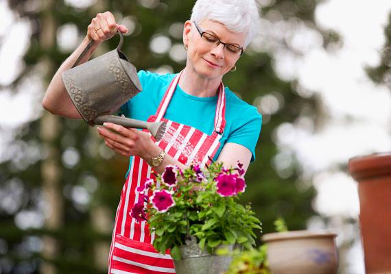 Dicsérd a keze munkáját! Legyen szó kedvenc virágairól, vagy a süteményről, amit sütött, zene füleinek, ha azt mondod neki, milyen szép vagy finom az, amire időt és energiát fordított.
