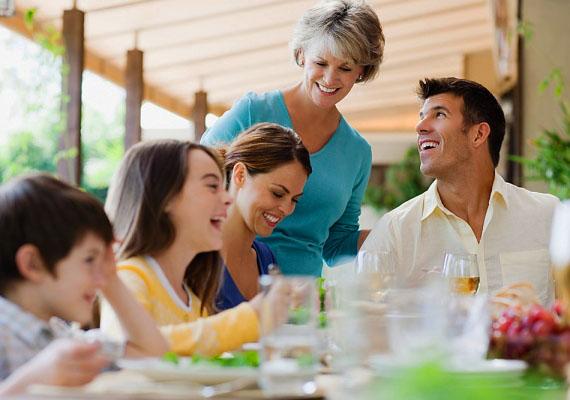 Vegyél részt a család életében! Ha nem így teszel, az anyós azt hiheti, elzárkózol tőlük, és ki akarod szakítani a fiát a fészekből. Ezzel rövid úton elvághatod magad nála.