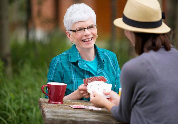 Tölts el az anyósoddal néha egy kis időt kettesben. Közben beszélgessetek, ismerkedjetek. Elmehettek egy kávézóba, vásárolni, vagy csaphattok egy kártyapartit a kertben, ez mindegy. A lényeg, hogy lássa, nyitott vagy rá és arra, hogy a kapcsolatotok pozitívan fejlődjön.