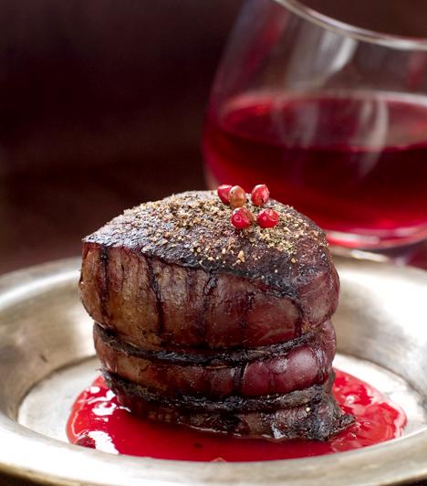 Vöröshús és borA vöröshús vörösborral fogyasztva igazi vágyfokozó étel, ugyanis a bennük lévő antioxidánsok kedvezően befolyásolják a nemi szervek vérellátását, ásványi anyagaik pedig a szexuális zavarok ellenszerei. Készíts marhasteaket egy pohár minőségi vörösborral romantikus vacsorátokra!