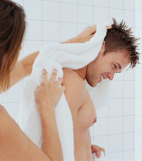 Közös zuhanyzásAz elnyújtott előjáték a jó szex egyik kulcsa. Nem kell azonban a hálószobára szorítkozni, ha a helyszínekről van szó. Egy közös zuhany, a pára, a meleg, simogató víz, egymás fürdetése nagyon jó kezdet egy forró éjszakához. Ha zuhany után nem magatok törölköztök meg, hanem mindketten egymást, az még inkább segít egymásra hangolódni.