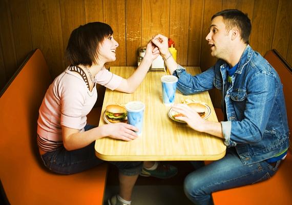 Ha este nem tudtok találkozni, szánjatok egymásra egy kis időt még a nap folyamán, például ebédeljetek együtt. Egy rövid találka is találka, és megnyugtató lehet mindkét fél számára.