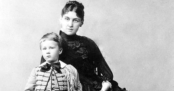 Amikor Franklin Roosevelt beleszeretett a félénk Eleanorába, anyja - Sara Roosevelt - hajóútra vitte, hogy elszakítsa a szerelmeseket. Ám a házasság megkötése után is ott gáncsolta Eleanorát, ahol csak tudta. Megtiltotta, hogy jótékonysági munkát végezzen, megfosztotta a függetlenségétől, és az unokákat is rosszaságra nevelte, csak hogy bosszantsa menyét.