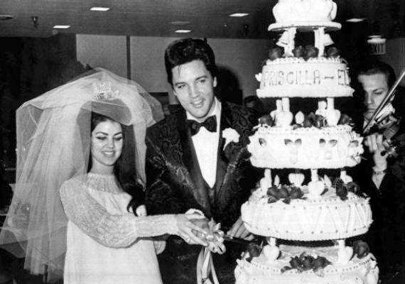 Bár 1973-ban elváltak, Elvis és Priscilla igazi álompárnak tűnnek esküvői képükön. 1967-ben házasodtak össze, közös lányuk Lisa Marie Presley színésznő.