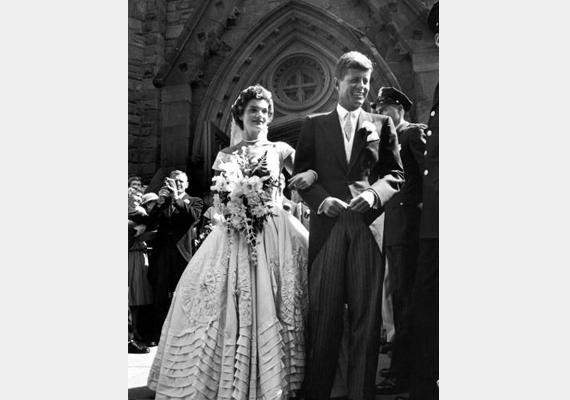 John Fitzgerald Kennedy és arája, Jacqueline Bouvier 1953-as esküvői fotójukon mesébe illő párként mosolyognak, ám házasságuk a máig rejtélyes ködbe burkolódzó Kennedy-gyilkosság miatt tragikus véget ért.