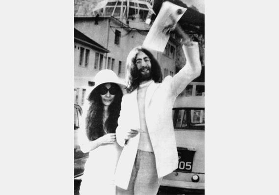 John Lennon és Yoko Ono legendás szerelmi kapcsolata 1968-ban kezdődött, amit 1969-ben egy gibraltári esküvővel pecsételtek meg.