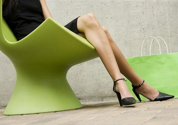 A térd, illetve a lábfej iránya a vonzódást irányát is jelzi. Ha mindezt megspékeled azzal, hogy a cipőben ki-be tologatod lábad, a férfi garantáltan elveszti a fejét.