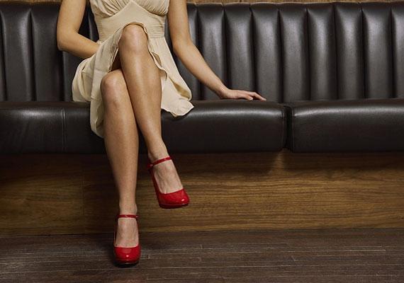 A majdnem teljesen párhuzamos alsó lábszár a férfiak szerint a legvonzóbb női ülésmód.