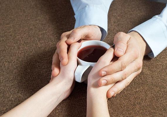 Keresi a lehetőséget, hogy hozzád érhessen, az egészen apró érintésektől a határozottabbakig.