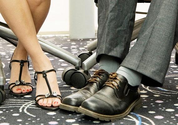 A lábfej is a szimpatikus ember irányába néz.
