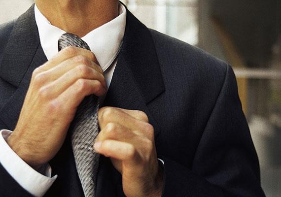 Igazgatni kezdi a nyakkendőjét, lesimítja a gallérját, láthatatlan porszemeket söpör le a válláról, és megtapogatja az óráját.