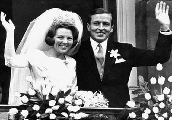 A holland Beatrix királynő - akkor még hercegnő - 1966. március 10-én ment hozzá a német származású arisztokratához, Claus von Amsberghez, esküvőjük azonban nem aratott osztatlan sikert a férj háborús múltja miatt.