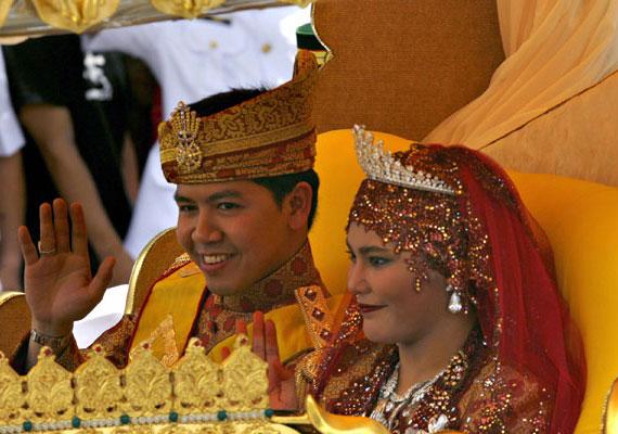A brunei szultán lánya, Majeedah Nuurul Bulqiah 2007-ben házasodott össze egy kormányzati hivatalnokkal.