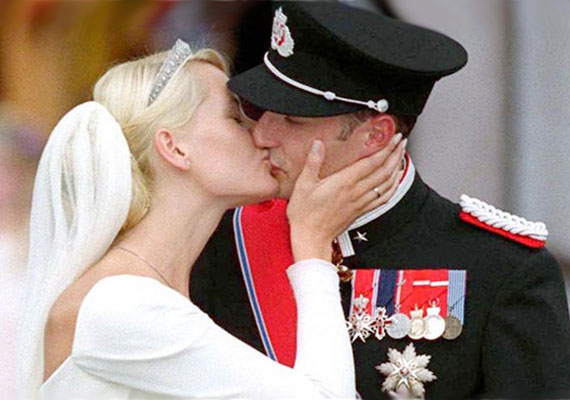 Haakon norvég herceg 2001. augusztus 25-én az oslói székesegyházban vette feleségül Mette-Marit hercegnőt, akinek volt már egy kisgyereke.