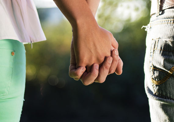 Szorosan, ujjak összekulcsolvaMély érzelmekről és ragaszkodásról árulkodik, ha a férfi szorosan fogja a kezed, ujjaitok pedig egymásba fonódnak. Párod valószínűleg el sem akar engedni többé.