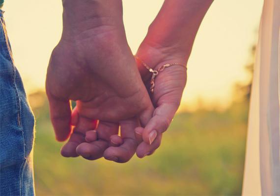 Kézfej és tenyér találkozikNem vagytok egy átlagos pár, ezt az is mutatja, ahogy a kezeitek összefonódnak, hiszen kívülről kapcsolódnak össze. Ha a párod keze van belül, több szabadságot igényelhet, ha az övé van kívül, feltehetőleg élvezheti kapcsolatotokban a bizalmat, a lazaságot - a kellő szabadságot meg akarja adni neked, de mindeközben óvni, védelmezni akar.