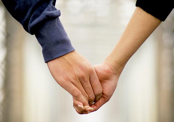 SzétcsúszóbanMintha a kezeitek szétcsúszóban lennének - ha a párod így fogja meg a kezed, bár valószínűleg szeret, távolabb érezhet magától, mint korábban. Érdemes lehet kicsit tudatosabban dolgozni a kapcsolatotokon.