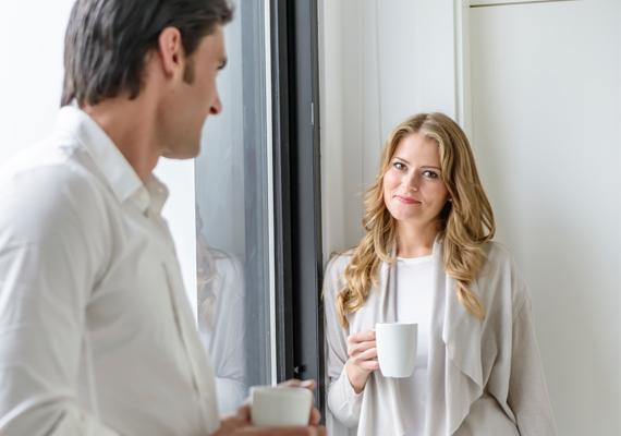 Ha beszélgetés közben azon kapod magatokat, hogy hasonló a testtartásotok, az a köztetek lévő vonzalmat támasztja alá.