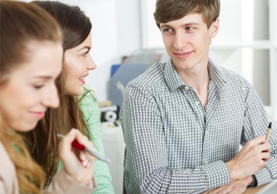 A szemezés közvetlen közelről, például egy meetingen rendkívül árulkodó a férfi érzelmeit illetően.