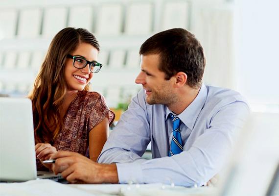 Ha intim közelségben ül melletted, és minden helyzetet kihasznál, hogy megérinthessen, valószínűleg többet akar tőled szimpla kollégaviszonynál.