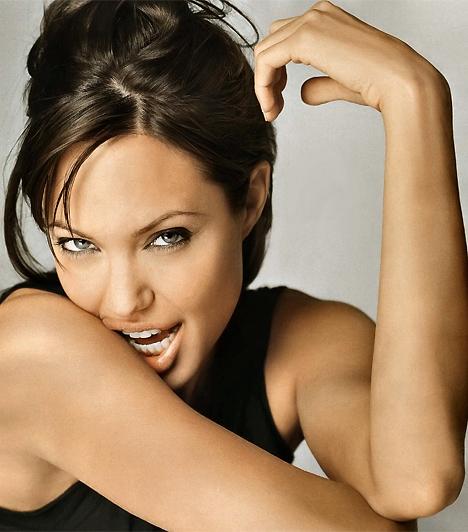Angelina JolieA 21. században a kifinomult, antik női szépségideál immár a múlté. A televízió mellett a számítógépes játékok is rányomták bélyegüket az erotikára, és fegyvert adtak a nő kezébe. Angelina Jolie Lara Croft szerepében bizonyítja, hogy az erotikus nő legalább olyan erős lehet, mint amilyen szép és csodálni való.Kapcsolódó galéria:Angelina Jolie életének állomásai »