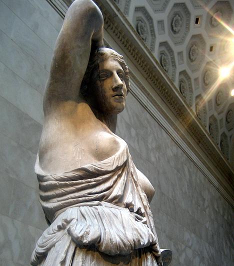 Görög nőalakA görög világ megteremtette a művészeti etalont, pontos méretarányaival örökérvényű ideállá vált. Az izmos férfiak mellett a teltkarcsú nők jellemzik, a nemcsak realisztikus, de buja ábrázolásmódot.Kapcsolódó cikk:3 meseszép tengerparti úti cél Görögországban »