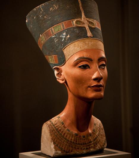 NofertitiAz ókori uralkodónőnek már a neve is utal bájaira, jelentése: a szépség megérkezett. Ehnaton fáraó feleségének mellszobra az egyik legismertebb egyiptomi nőábrázolás, ami arról tanúskodik, hogy az ókori nép a szögletesebb, kemény vonásokat tartotta erotikusnak.Kapcsolódó cikk:Nagy egyiptomi horoszkóp »