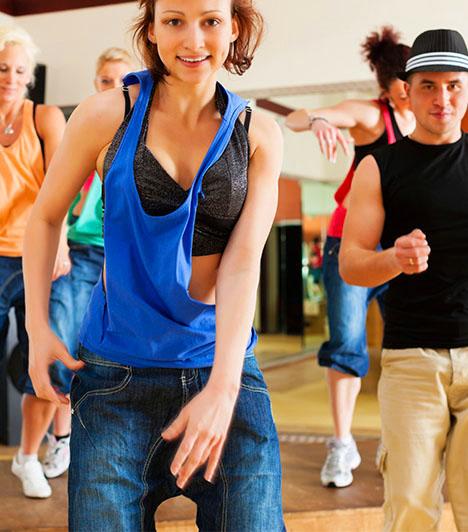 FlashmobbalKedvesed egy csapat táncossal együtt kérte meg a kezed, amikor gyanútlanul sétáltatok egy kellemes parkban, vagy vásárolgattatok egy bevásárlóközpontban? A flashmob mostanság nagy divat, ám nem minden férfi hajlandó ennyit fáradozni a lánykérés mikéntjén. Ha párod megtette, azt jelenti, beletartozik a ritka kivételek csoportjába. Nagyon fontos vagy neki, és szeretett volna életre szóló élményben részesíteni téged.
