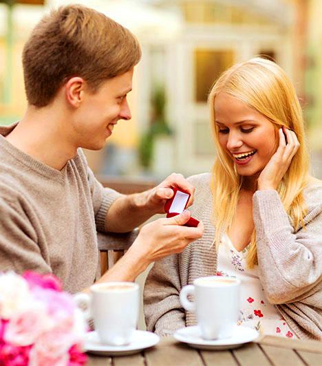 Az első randi helyszínénAmennyiben a kedvesed ott kérte meg a kezed, ahol az első randitok volt, feltehetően a mai napig élénken él benne annak a szép napnak az emléke. A lánykérésnek ebből a módjából az derül ki, hogy párod úgy szeret még ma is, mintha csak tegnap randiztatok volna először, és szeretné, ha tudnád, hogy szerelme lankadatlan.