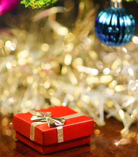 Karácsonyi ajándékba rejtveEz a klasszikus módja a lánykérésnek hihetetlenül kedves és szívhez szóló gesztus, miután a karácsony, mondhatni, az év legszebb ünnepe. A csillogó fán megtalálni a gyűrűt felejthetetlen élmény, minden bizonnyal ebben szeretett volna részesíteni téged a tradíciókat, bensőségességet és ünnepeket fontosnak tartó párod, aki szerint a szerelmetek igazságának és szépségének szimbóluma, a gyűrű a fán volt a legjobb helyen.