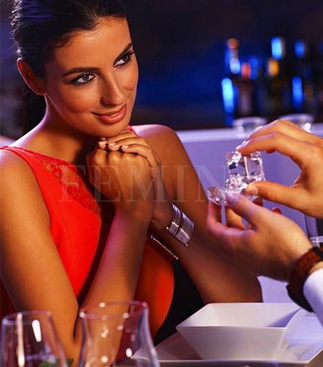 ÉtterembenKedvesed a pezsgőspohárba ejtve vagy egy szép bársonydobozt előhúzva az öltönye zsebéből, egy elegáns étteremben lepett meg a gyűrűvel? Akkor olyan férfit ismerhetsz a személyében, aki szereti megadni a dolgok módját, pláne, ha ennyire fontos eseményről van szó. Szeret férfi lenni, és szereti, hogy benned megtalálta a nőt.