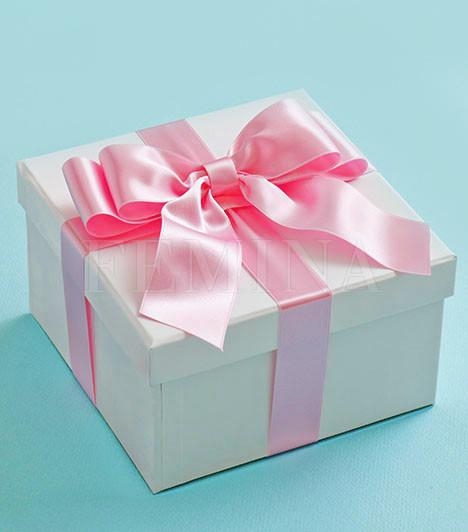Szülinapi ajándékba rejtveKedvesed a szülinapodon kérte meg a kezed? Ennek oka minden bizonnyal az lehetett, hogy a lánykérést szerette volna egy jeles napra tenni, hogy az még ünnepélyesebb és még emlékezetesebb legyen. Kedvesed tehát figyel a fontos dátumokra, évfordulókra, és fontosnak, nem felesleges felhajtásnak tartja azokat megünnepelni.