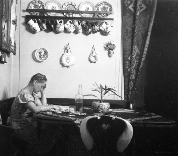 A lányos házhoz érkező legény és kísérői megnézték, milyen háziasszony válna a lányból. Megfigyelték a lány viselkedését, a ház tisztaságát, még az ágy alá is belestek, fel van-e seperve. A lánnyal pedig szokás szerint kihozattak egy tál mosdóvizet, hogy ezalatt jól szemügyre vehessék.Az 1935-ös képen egy fiatal nő parasztszobában.