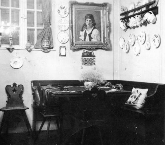 A lányos házhoz érkező legényt és kísérőit rendszerint alkoholos itallal, hideg étellel kínálták, hiszen jöttükre nem minden esetben volt felkészülve a család.A képen egy parasztszoba 1938-ból.