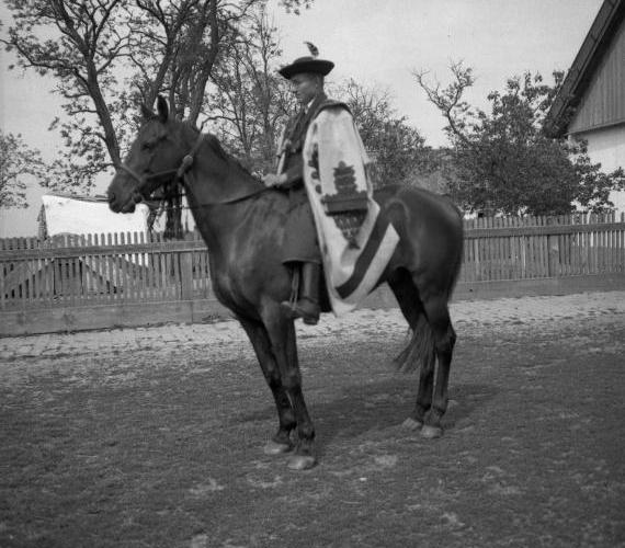 A lány szülei dönthettek úgy, hogy igent mondanak, úgy, hogy nemet, de gondolkodási időt is kérhettek. Az azonban rosszat jelentett, ha a legény szűrét kitették a házon kívülre, az ugyanis elutasítást jelentett. Idővel a szülők véleménye egyre kevésbé lett mérvadó, mára pedig már teljes egészében a fiatalok döntése a frigy megkötése.A képen egy lovas férfi szűrben 1937-ből.