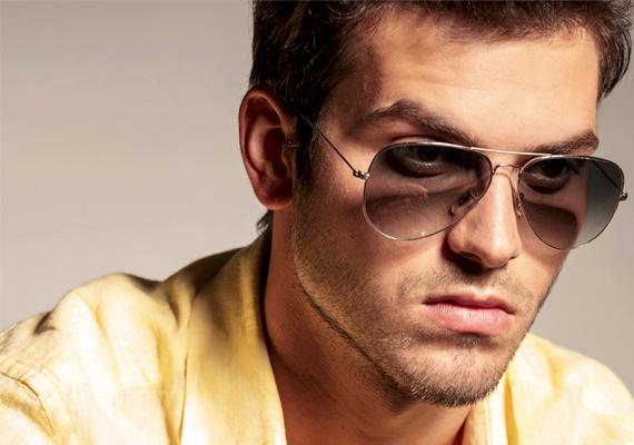 A szögletes állkapocs egyike lehet a tulajdonságoknak, hiszen mint Jensen Acklesnek, mind Brad Pittnek és Tom Cruise-nak szögletes állkapcsa van.