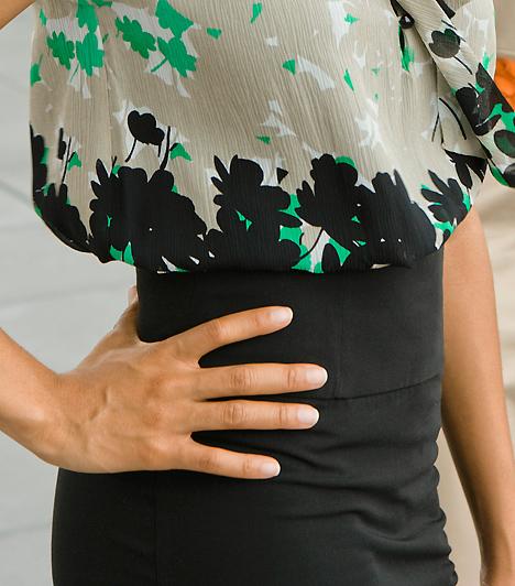 Csípő  A kerekded csípő a nőiség szimbóluma. Ha formás alakod van, bátran kiemelheted szűkebb ruhákkal, amennyiben azonban nem akarod felhívni rá a figyelmet, akkor se rejtsd zsákruha mögé! Helyezd inkább másra, például a dekoltázsodra a hangsúlyt.  Kapcsolódó galéria: A csábító nő 15 alapdarabja »