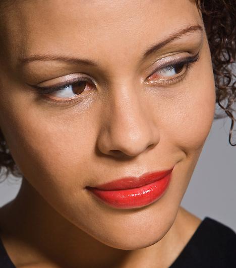Szemek  Az igéző női tekintet az egyik legősibb fegyver a párkeresésben. Egy kis festékkel optikailag még nagyobbá varázsolhatod a szemeidet, vigyázz azonban, ne vidd túlzásba a sminkelést! A férfiak többnyire a diszkrét és természetes látványt kedvelik.  Kapcsolódó cikk: 3 férfikedvenc női flörttechnika »